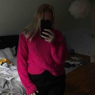 Jätteskön och mysig stickad tröja från Gina i storlek M. Bra skick. Samfaktar gärna, kolla in mina andra plagg! :)