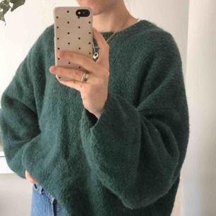 Mjuk och oversized stickad tröja från Weekday. Ser kanske sticksig ut men är otroligt skön! Riktigt mysig att ha på! :-) Frakt 59 SEK