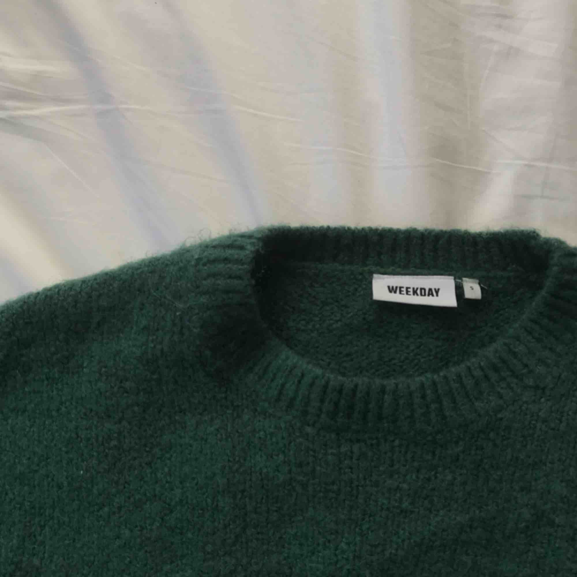 Mjuk och oversized stickad tröja från Weekday. Ser kanske sticksig ut men är otroligt skön! Riktigt mysig att ha på! :-) Frakt 59 SEK. Stickat.