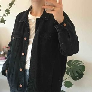 Svart jeansjacka från Monki. Storlek XS men sitter ändå ganska oversized. Snygg för den passar typ till allt! Frakt 59 SEK :-)
