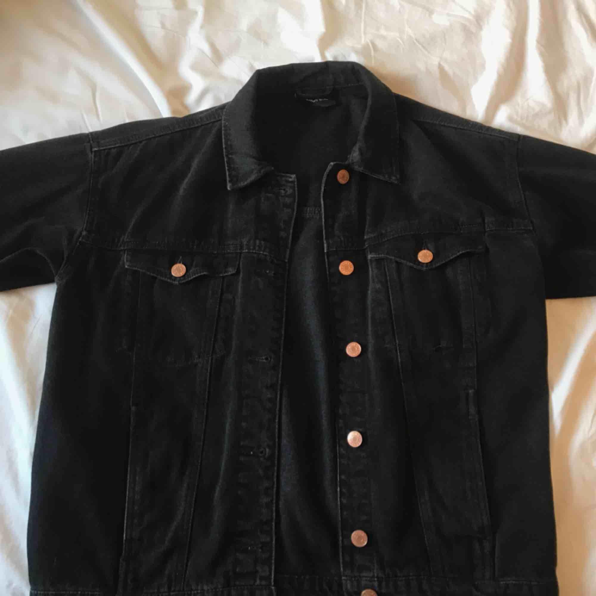 Svart jeansjacka från Monki. Storlek XS men sitter ändå ganska oversized. Snygg för den passar typ till allt! Frakt 59 SEK :-). Jackor.