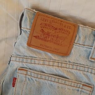 Ljusblå vintage Levis-jeans i ca storlek 34 (EU). Raka ben, höga i midjan och med dragkedja. Ett par av mina absoluta favoritjeans men tyvärr har de blivit lite för små på mig :(