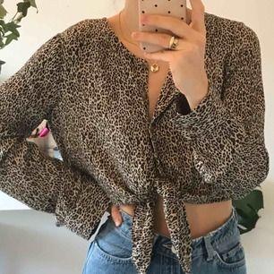 Leopardmönstrad cropped blus från Urban Outfitters med knytning där fram! Går att knäppa upp och ha på som man vill. Aldrig använd! Frakt 59 SEK :-)