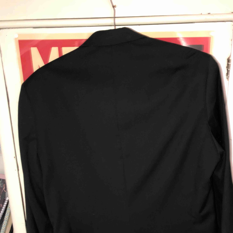 svart kavaj, kan användas som avslappnad oversize eller stiligt uppklädd. den har två innerfickor. bra kvalité och använd en gång och den har inga spår från det. säljer pga fel storlek för mig.. Kostymer.