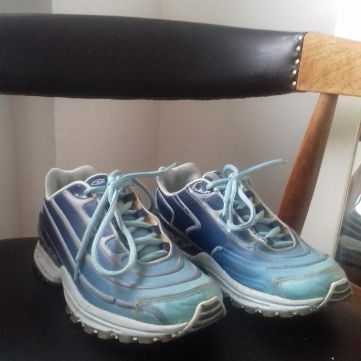 Vintage coola skor från DKNY köpta på Humana i stl 38. Modellen påminner lite om Nike Air Max 97 med de lite vågiga ränderna som går runt skon. I begagnat skick, lite detaljer har börjat släppa i ränderna men tycker inte man tänker på det så mycket. Det silvriga som syns på baksidan av skon på andra bilden är reflex-material som syns bra i mörkret. Det har börjat släppa lite från DKNY-märket på insidan av skorna, inget som stör men kanske går att limma ihop. Skickar gärna bilder på det om du frågar! Frakt 63 kr.. Skor.