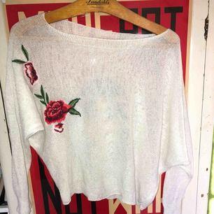 vit stickad broderad tröja köpt i spanien. säljer pga att jag inte längre använder den. använd endast ett fåtal gånger