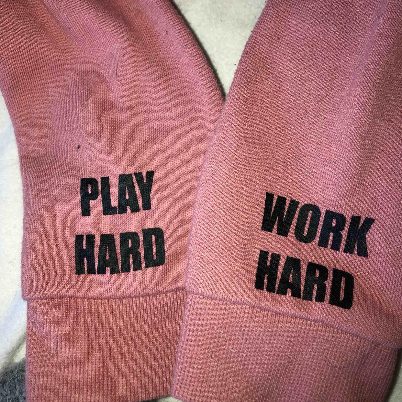 croppad smutsrosa hoodie. den har tryck längst ner på armarna men det är möjligt att vika upp armarna över det. säljer pga att jag inte längre använder den. använd ett fåtal gånger. Huvtröjor & Träningströjor.
