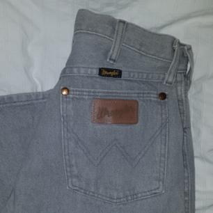 Grå vintage Wrangler-jeans i storlek W27L36. Skriv för bättre bilder, har inte orkat ta några i bra ljus :) update, har lagt upp fler bilder i en annan annons!