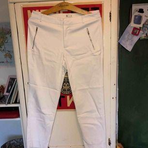 tjocka vita byxor, ganska korta. säljer pga att jag inte använder de längre. använda ca: 5 gånger