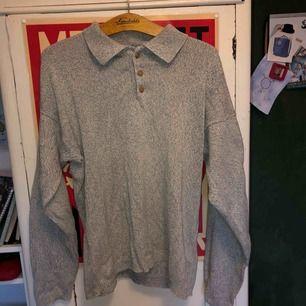 en grå stickad tröja med knappar i kragen. använd ett fåtal gånger. säljer pga använder inte