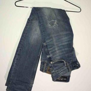 Jätte fina ankel jeans med slitningar från crocker. Köpta här på Plick, säljer pga fel strl.