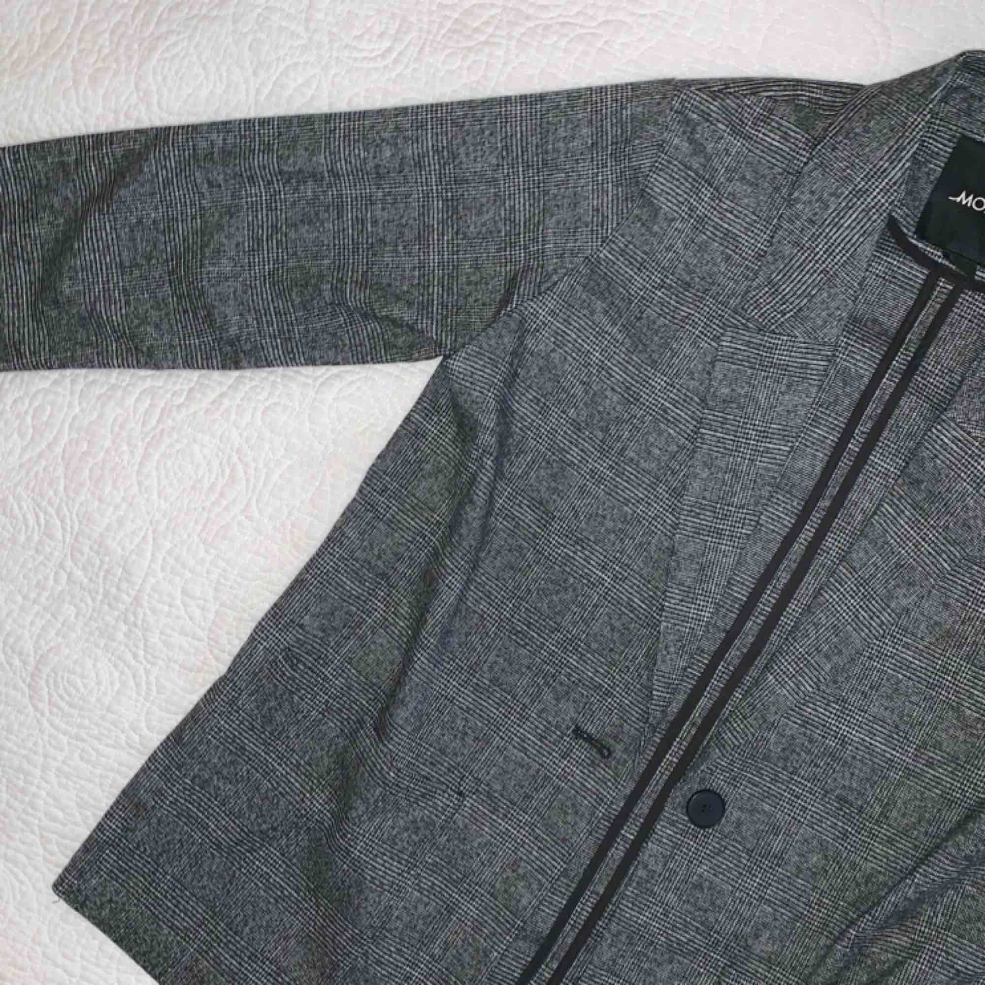 En sjukt snygg blazer från Monki! Använd en gång!! Pris kan diskuteras :)). Kostymer.