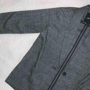 En sjukt snygg blazer från Monki! Använd en gång!! Pris kan diskuteras :))