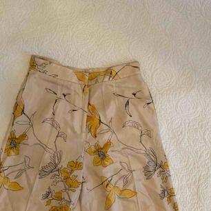 Sjukt fina byxor från H&M! Säljer pga för små!!