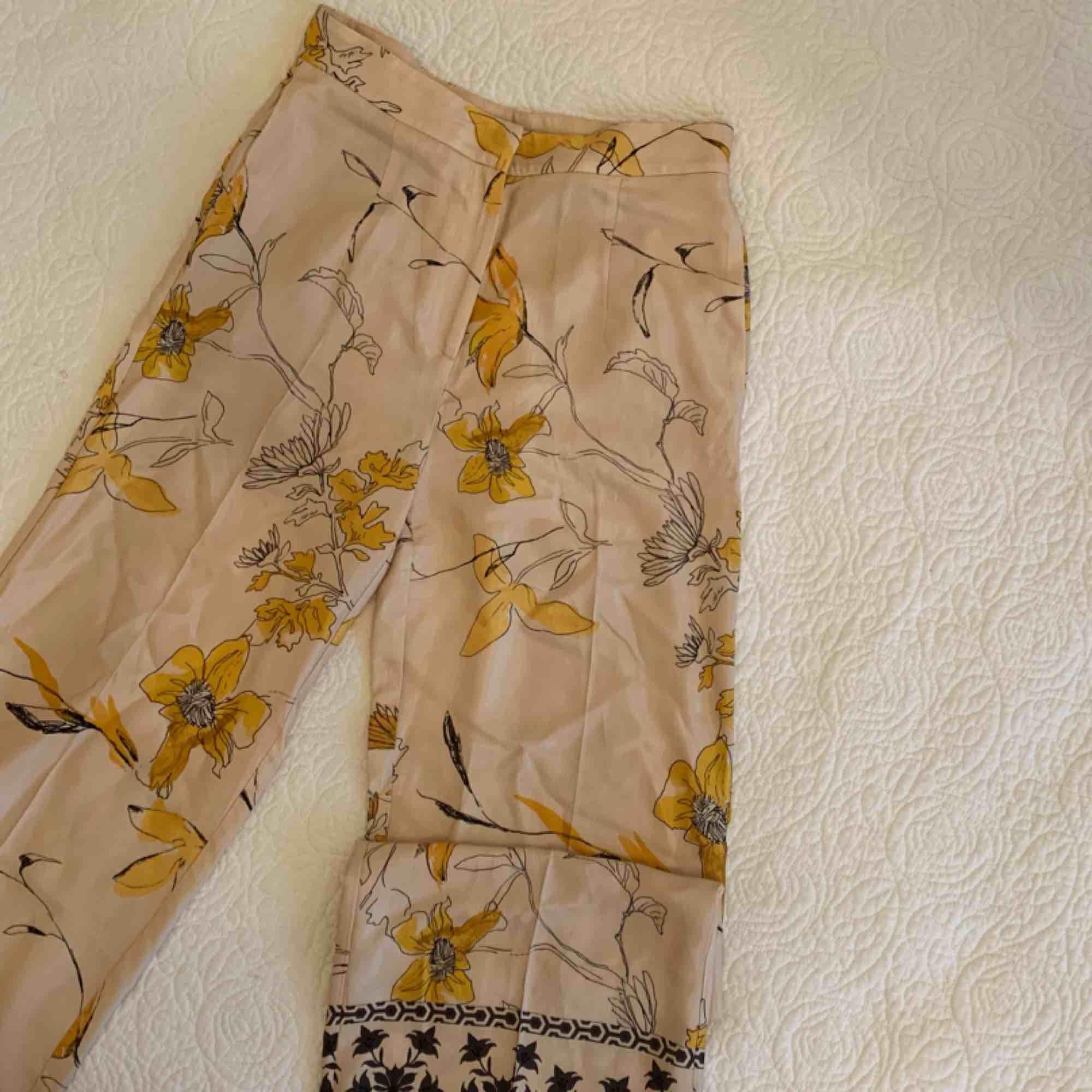 Sjukt fina byxor från H&M! Säljer pga för små!! . Jeans & Byxor.