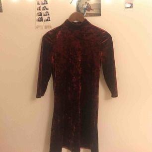 Röd velvet klänning från monki, tyvärr för liten för mig.