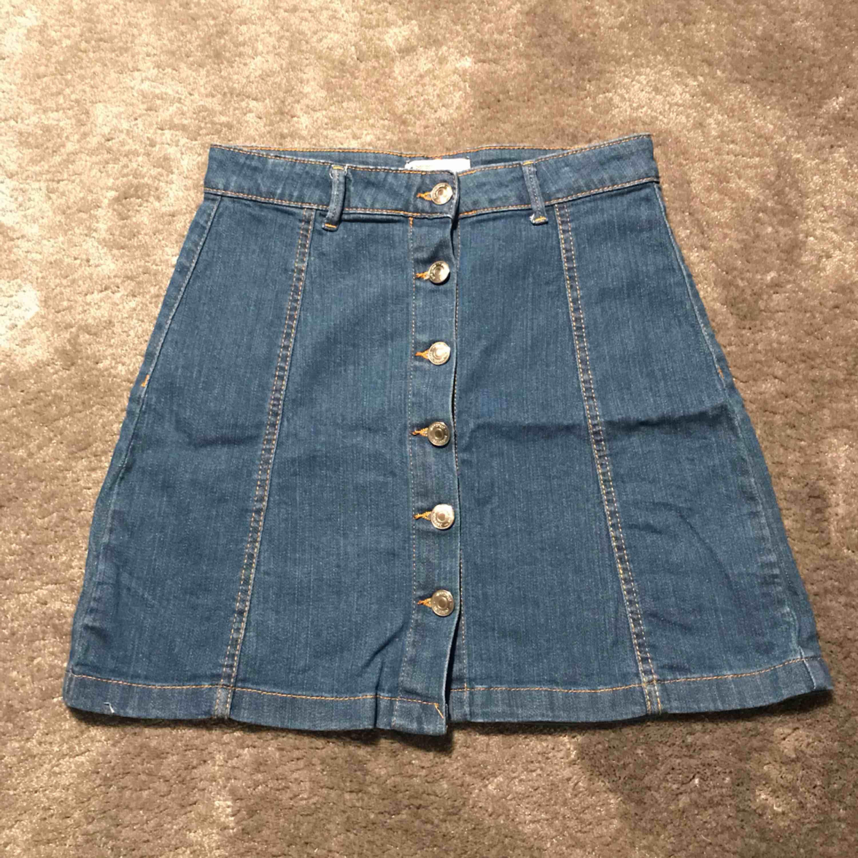Jeans kjol från Gina tricot. Nyskick då jag bara har använt den två gånger. Köparen står för frakt. . Kjolar.
