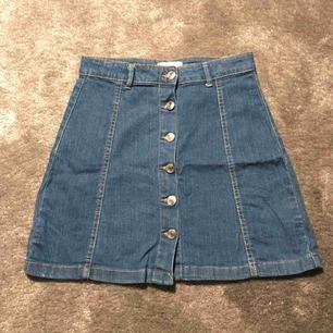 Jeans kjol från Gina tricot. Nyskick då jag bara har använt den två gånger. Köparen står för frakt.