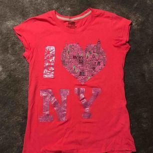 Rosa T-shirt från Levis. Köpt i new york. Använd ca 3 gånger. Nyskick. Barnstorlek 12-13 år. Köparen står för frakt.