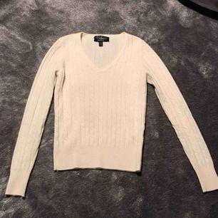 Beige V-ringad kabelstickad tröja från gant i fint skick. Storlek XS. Köparen står för frakt.