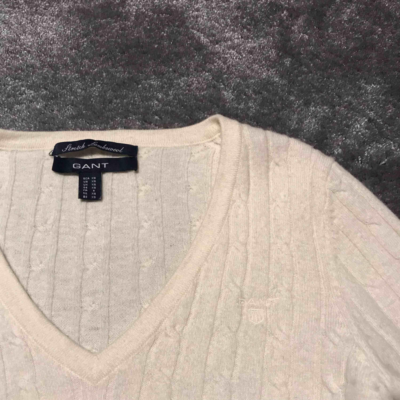 Beige V-ringad kabelstickad tröja från gant i fint skick. Storlek XS. Köparen står för frakt. . Tröjor & Koftor.