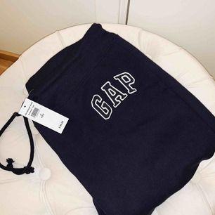 Ett par mysiga marinblå mjukis byxor ifrån gap Aldrig använda då lappen är kvar på byxorna. Storlek:S Ordinarie pris 299kr Säljer för 200kr ink frakt!