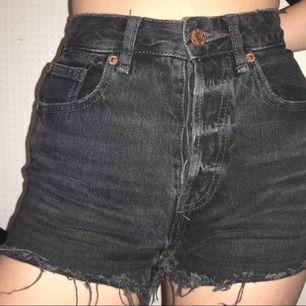Jeansshorts med knappar hela vägen, står storlek 32 men är som en 34! Assnygga men inte min grej längre. Möts i Sthlm eller postar mot porto ♡