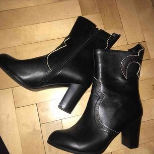 Skor från Dancing Days använda endast en gång. Sjukt snygga men kommer aldrig till användning hos mig. Veganskt läder!  Möts i stockholm eller postar ♡
