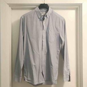 Blå och vit herrskjorta från dobber. Fint skick förutom några fläckar på ena armen (se sista bilden). Frakt på 36 kr tillkommmer