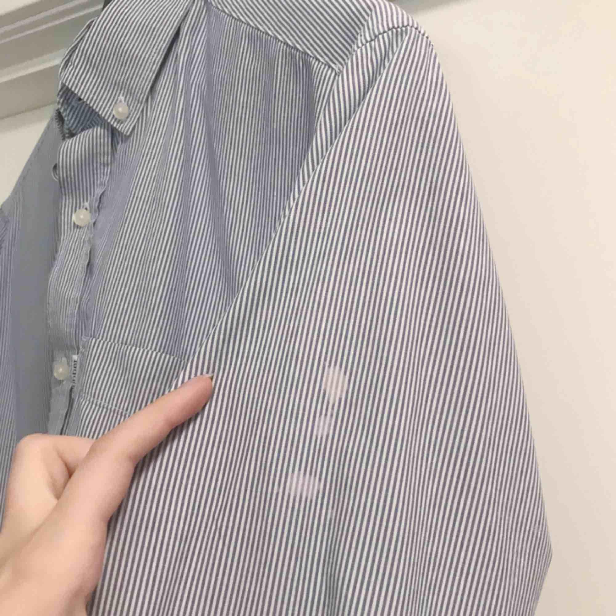 Blå och vit herrskjorta från dobber. Fint skick förutom några fläckar på ena armen (se sista bilden). Frakt på 36 kr tillkommmer . Skjortor.