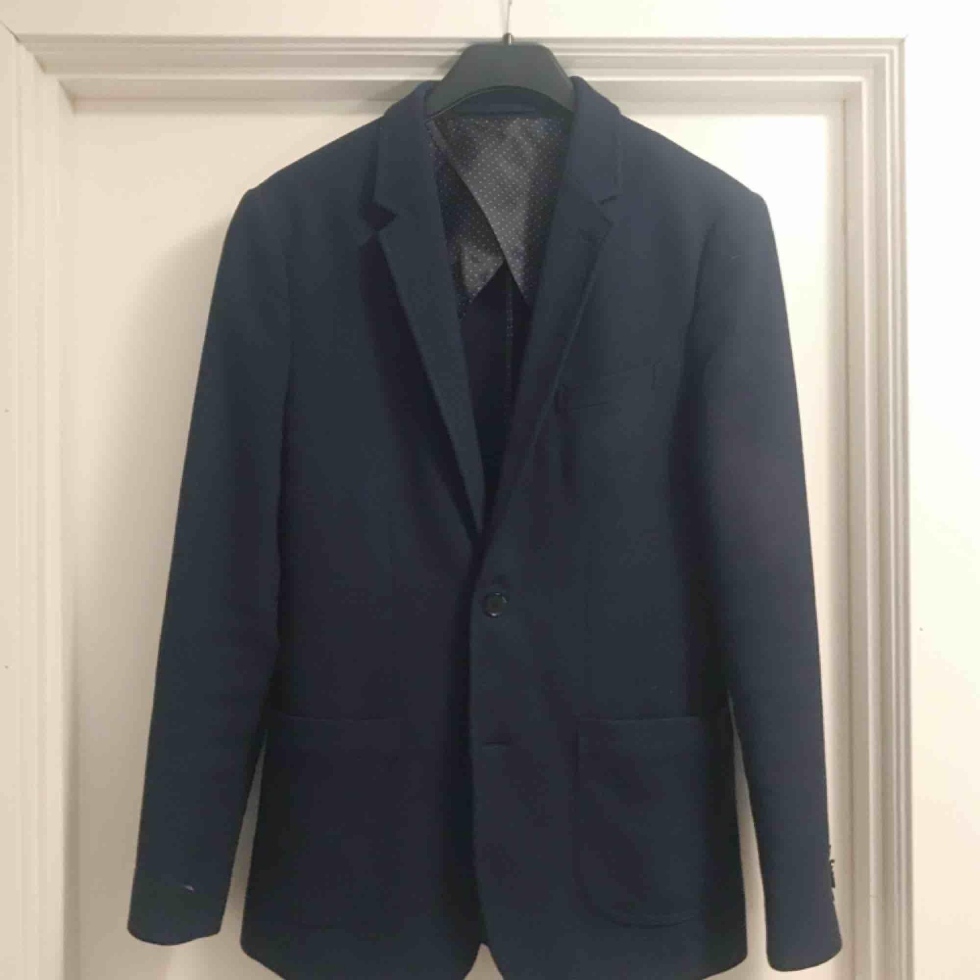 Marinblå kavaj från PREMIUM BY JACK & JONES 🌟 fint skick! Frakt på 79 kr tillkommer. Kostymer.