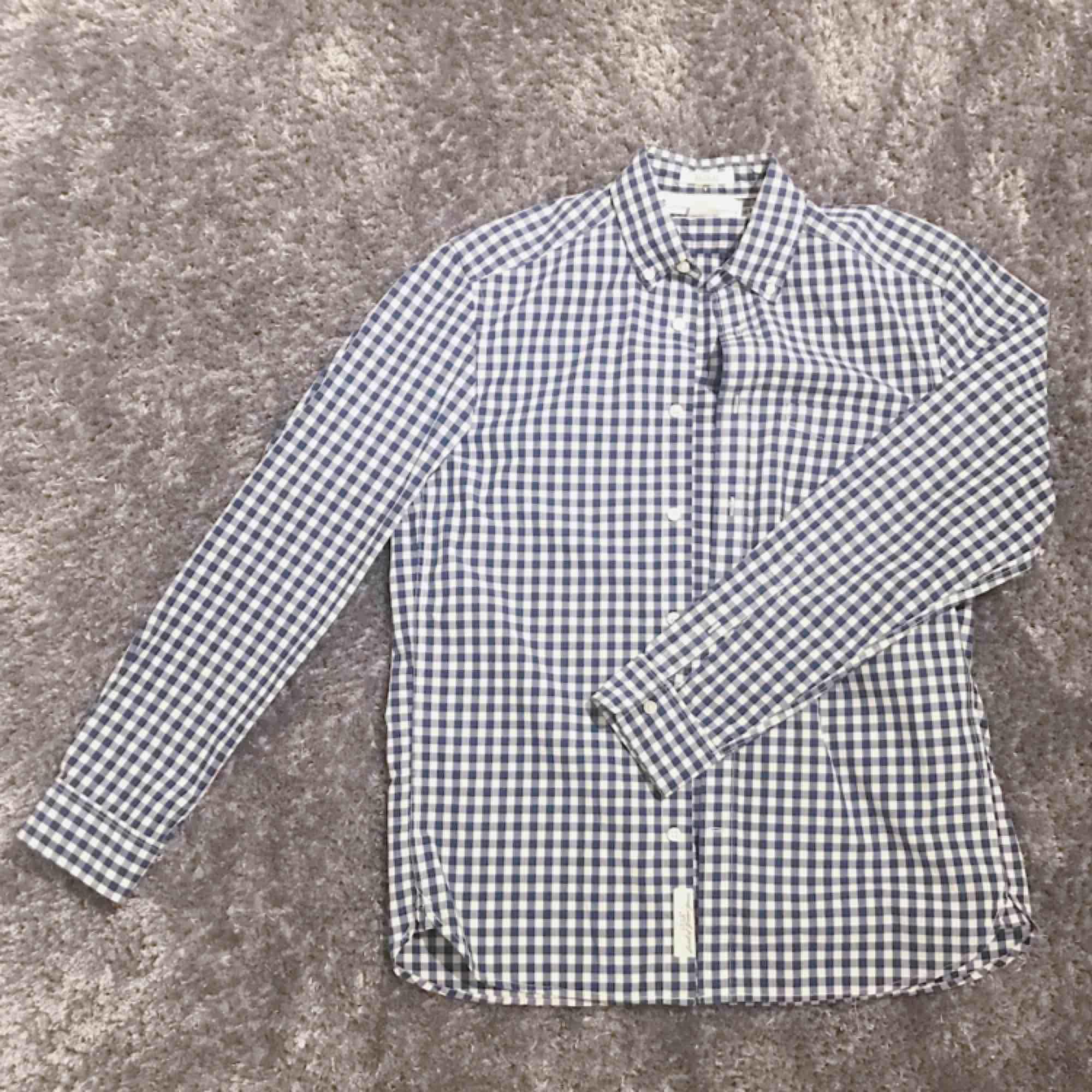 Blå rutig herrskjorta från H&M i fint skick 🌟 frakt på 36 kr tillkommer.. Skjortor.