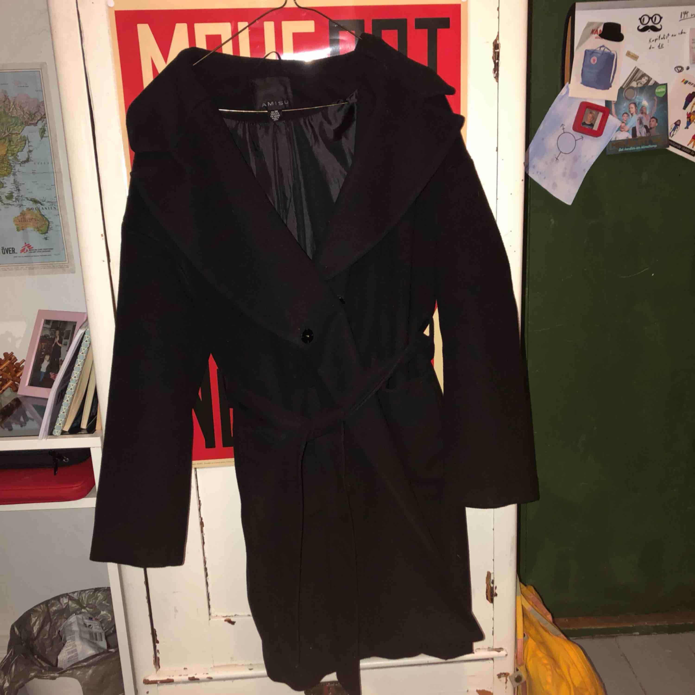 varm och skön, svart enkel kappa med ett skärp och fickor, stilfull och superfin. använd några gånger men den är i jättefint skick, som ny. säljer pga att jag inte använder den.. Jackor.