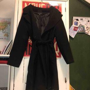 varm och skön, svart enkel kappa med ett skärp och fickor, stilfull och superfin. använd några gånger men den är i jättefint skick, som ny. säljer pga att jag inte använder den.