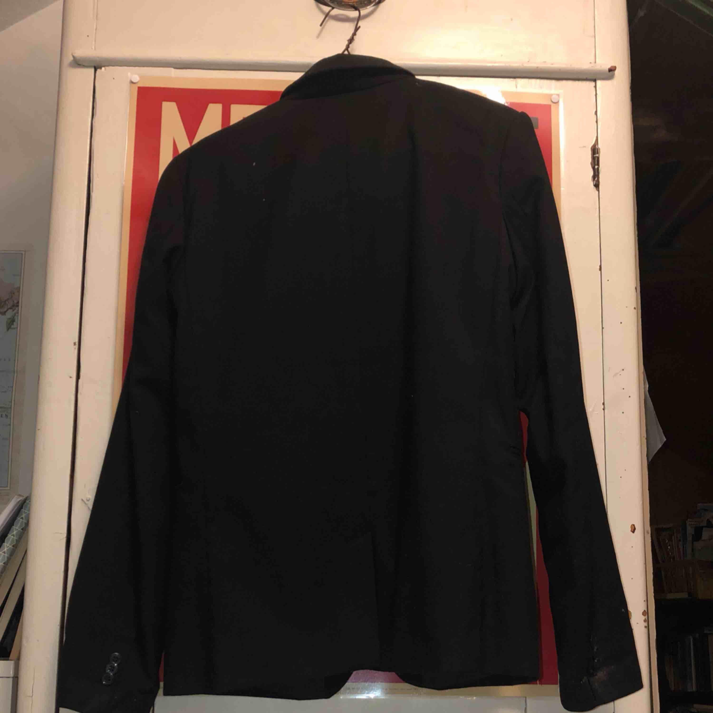 köpt i barnstoleken 164 men fungerar som vuxen S. En stilfull kavaj. använd ett fåtal gånger.. Kostymer.