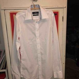 en vit, superfin skjorta med mönstrad krage som fungerar både uppklätt och vardagligt. säljer pga fel storlek, använd ett fåtal gånger.