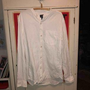 En vit, somrig skjorta utan krage. säljer pga använder inte den. använd en gång
