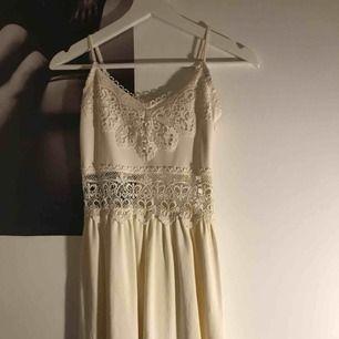 En krämvit kort klänning (slutar ungefär vid halva låret). Super fin att ha bland annat på studenten eller om man vill känna sig lite extra snygg. Aldrig använd endast provad. Köparen står för frakt💕