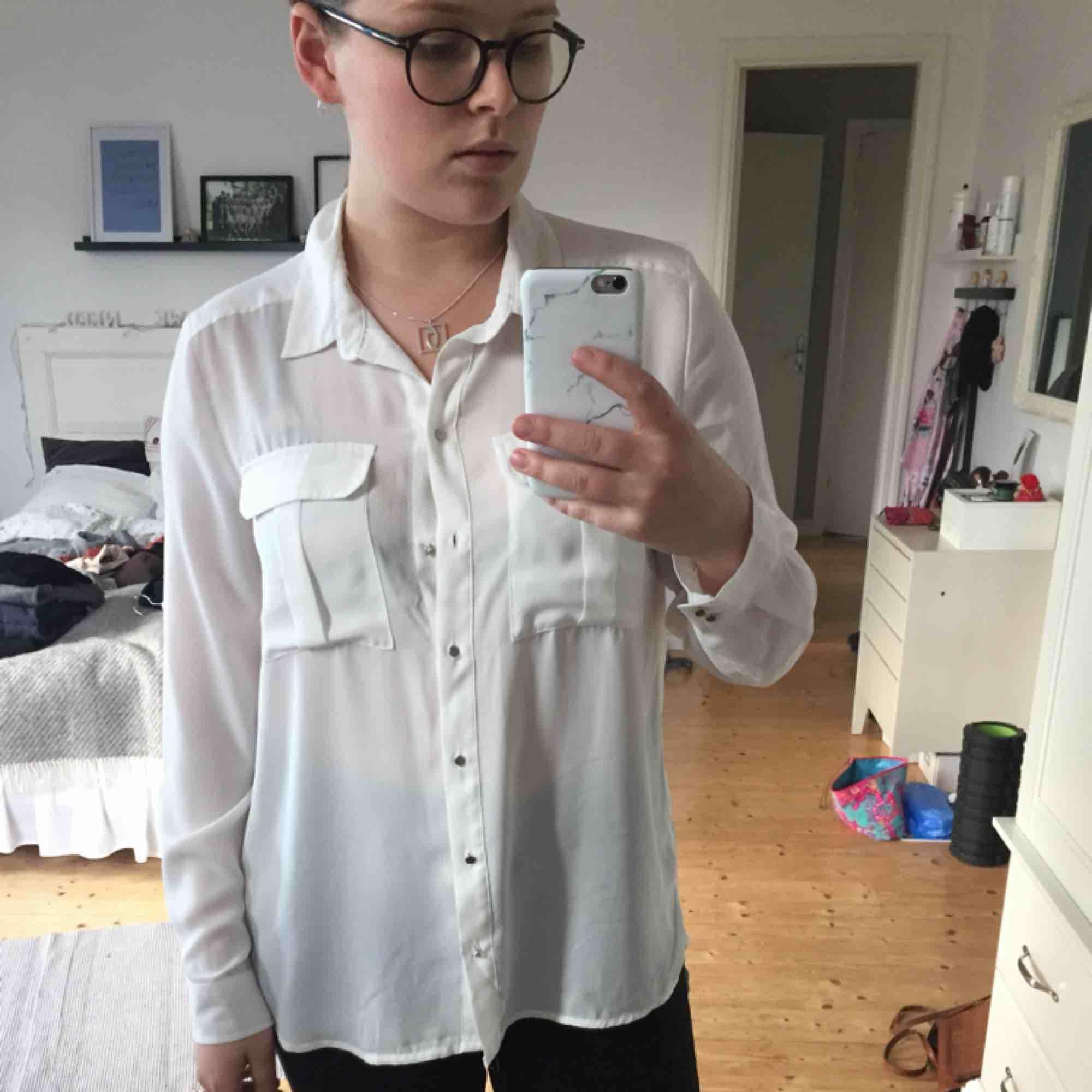 Sparsamt använd.  Kan mötas upp i Växjö annars tillkommer frakt!🌸. Skjortor.