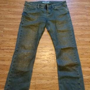 Fornarina jeans med guldigt glitter på framsidorna, i mint condition! Det står storlek 31, känns som S-M.