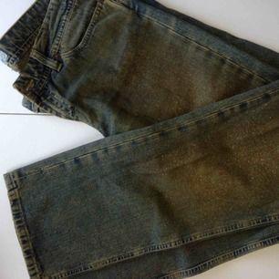 Fornarina grönaktiga jeans med guldigt glitter på framsidorna, i mint condition! Det står storlek 31, känns som M.