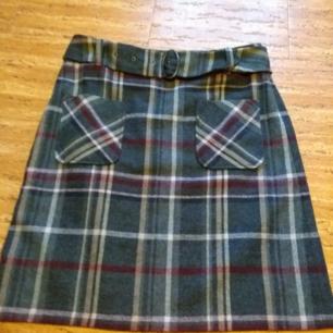 Rutig kjol med tillhörande skärp! I helt nytt skick.