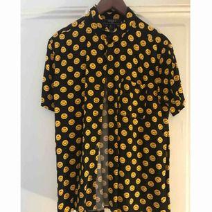 Smileyskjorta från Forever 21 med ficka på vänstra bröstet! Fint skick, köpt i Miami detta år!