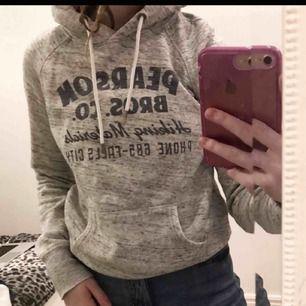 Grå hoodie, mörk blått tryck / text. Från hm i storlek XS. Passar mig med s också. Med ficka och luva. Fint skick.