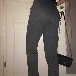 Ett par mjuka byxor, som går att använda som pyjamas och mjukisbyxor. Beroende på hur man vill att de ska sitta kan de även användas som tights/yoga byxor. (Är själv en M oh de sitter fortfarande bekvämt). Oanvända
