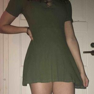 Militär grön klänning från hm, med snörning på framsidan. Använd endast fåtal gånger.