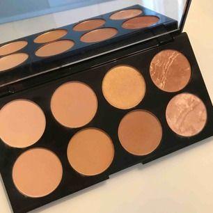 Jättefin contouring och highlighter palett från Makeup Revolution London - Ultra Blush Palette. Aldrig använd, har bara swatchat färgerna. Frakten är inkluderad i priset. Betalning med swish