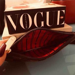 Plånbok eller fodral. Får plats med det du behöver! Louis Vuitton replika.