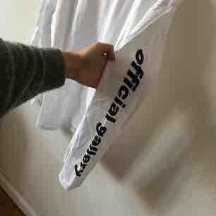 Långärmad tröja från Official Gallery. Aldrig använd . T-shirts.