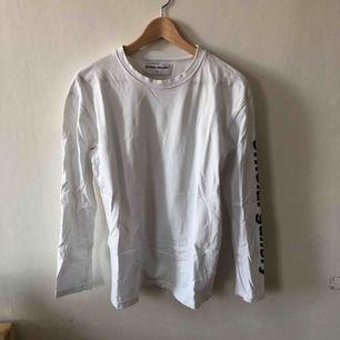 Långärmad tröja från Official Gallery. Aldrig använd